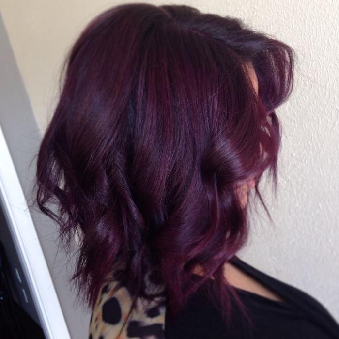 coiffure de cheveux mi-longs et bouclés, teinture tendance 2018 de nuance violet prune