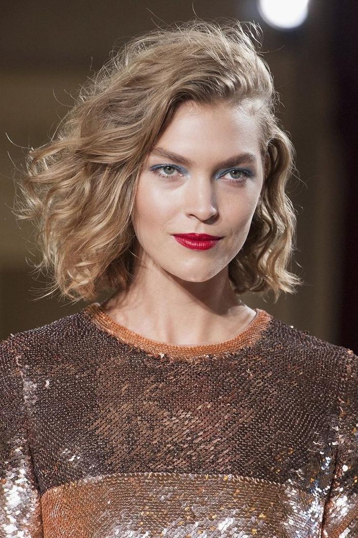 une coupe de cheveux visage ovale qui donne plus d'ampleur sur le dessus et sur les côtés de la tête