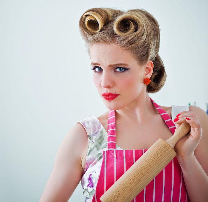 coiffure rockabilly avec rouleaux boucles coupe banane femme
