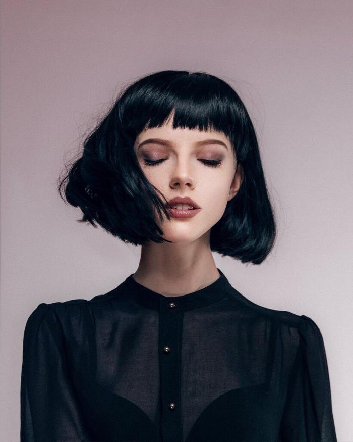 coiffure femme chic et féminine avec mini-frange idéale pour affiner les formes douces du visage rond et ovale