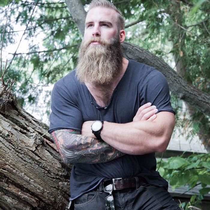 grosse barbe longue style hipster viking scandinave avec tattoo