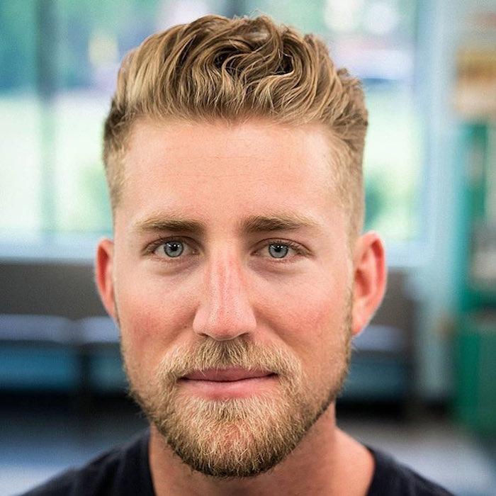 coupe de cheveux pour homme blond epais en arriere dessus coté courts dégradé