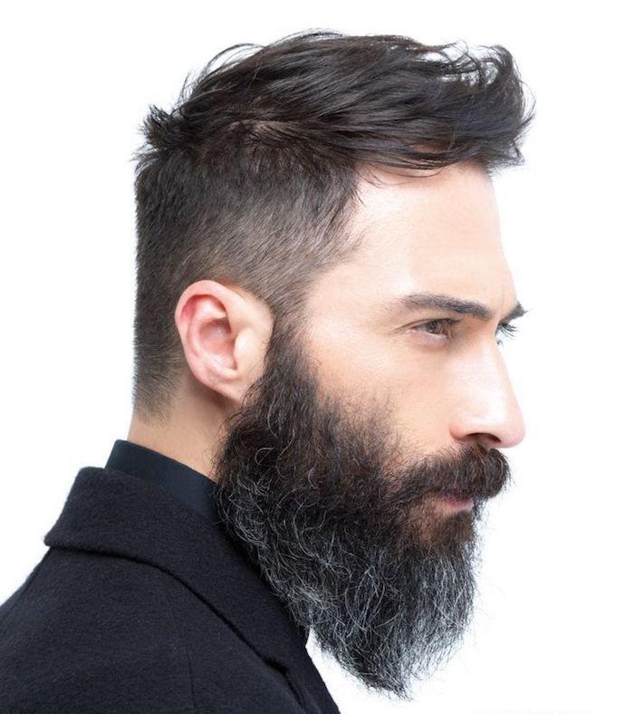 homme avec barbe poivre et sel poils blancs