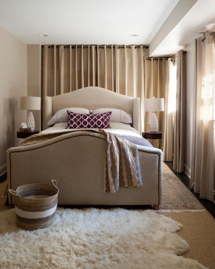 association couleur beige avec le blanc et le marron pour aménager la chambre à espace limité en style cocooning avec grand lit beige