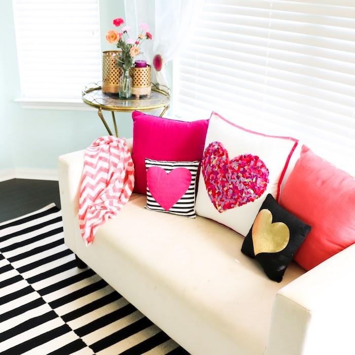 diy coussin decoratif avec motif coeur en tissu rose et tissu doré et en confettis, idée cadeau original femme diy pour sain valentin