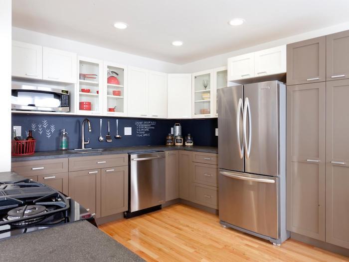 cuisine moderne gris et blanc avec meubles bas gris et electromenager inox, parquet clair, credence cuisine peinture tableau noir