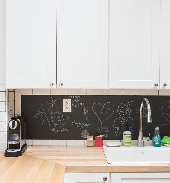 crédence cuisine avec parement en ardoise, plan de travail bois clair, et meuble cuisine blanc style scandinave