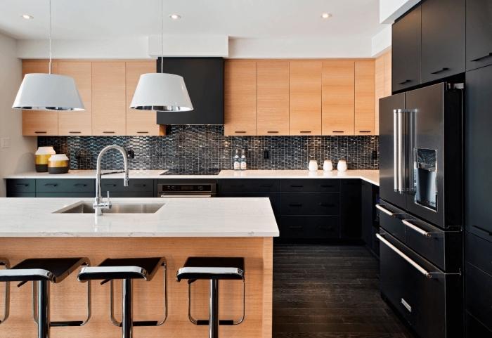 modeles de cuisine, déco d'espace culinaire avec armoires de bois clair et lampes suspendues blanches