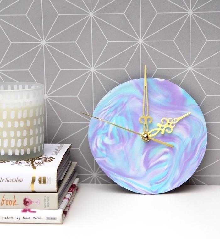 pat a fimo objet décoratif, horloge effet marbre en blanc, violet et bleu avec des flèches dorées