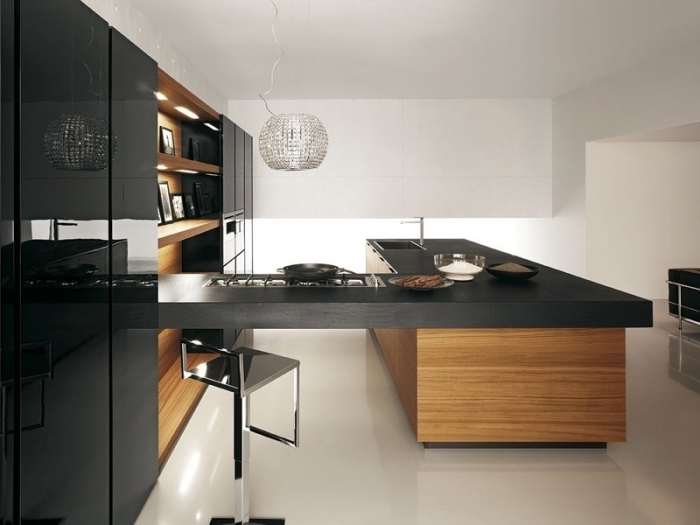 modèle de cuisine aménagée en L avec armoires à fermeture automatique, cuisine noir avec étagères en bois clair