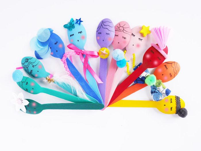 recyclage créatif de cuilleres en plastiques colorées avec des dessins de bonhommes et décorations, activite enfant 3 ans, montessori