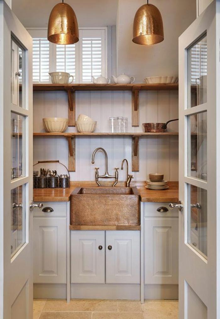 meubles de cuisine, deux luminaires avec des abat-jours en bronze en style industriel, aménagement petite cuisine en style rétro, étagères en couleur marron, ustensiles vintage