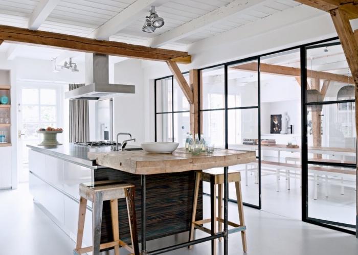 verriere interieure, cuisine blanche aménagée de style rustique avec plafond en bois blanc et bar en bois massif