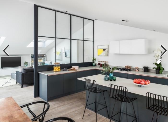 verriere cuisine, déco intérieur avec meubles en gris anthracite et parquet en bois clair, cuisine blanche avec ilot central en blanc et gris