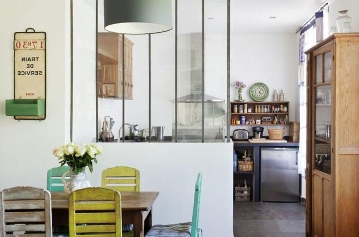 verriere atelier, déco de style campagne aux murs blancs et meubles récup de style vintage en bois et peinture verte et jaune