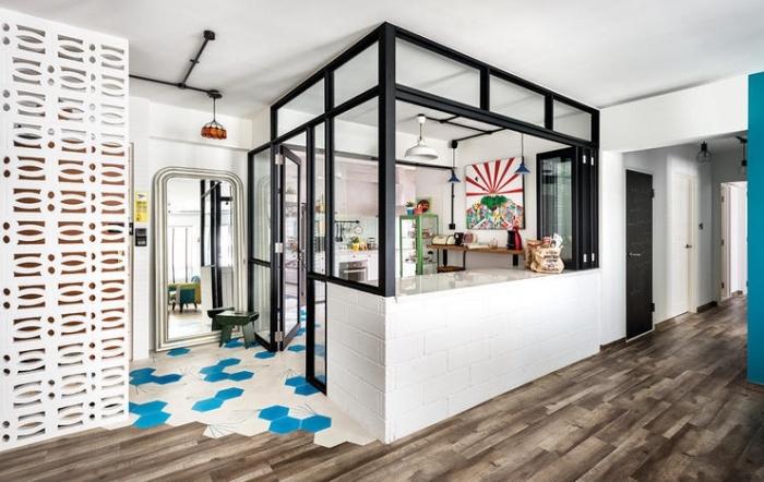 verrière industrielle cuisine, cuisine semi ouverte vers la salle à manger avec carrelage blanc et turquoise