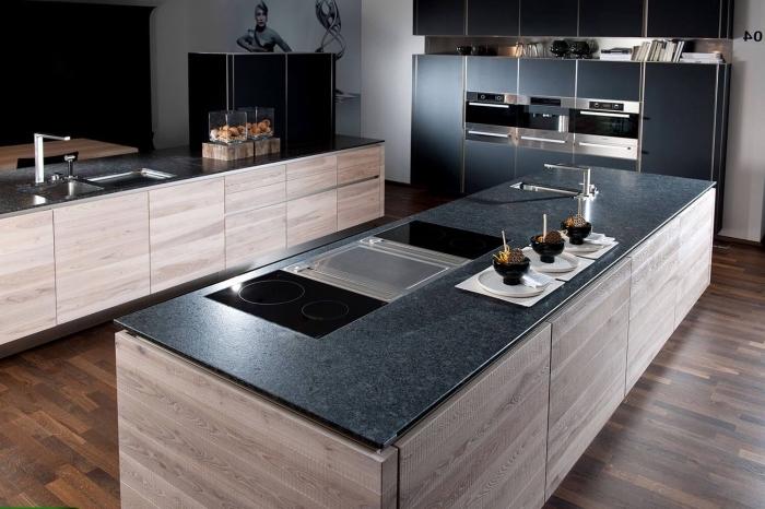 modèle de cuisine aménagée en parallèle avec ilot en bois et comptoir à design gris anthracite