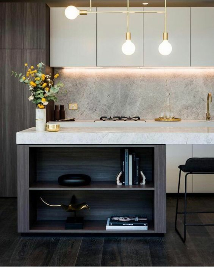 petite cuisine équipée, cuisine équipée IKEA, plan de travail blanc aux effets marbrés, meuble en gris anthracite, crédence aux effets de marbre blanc, luminaire tris ampoules blanc opaque avec partie métallique en couleur jaune