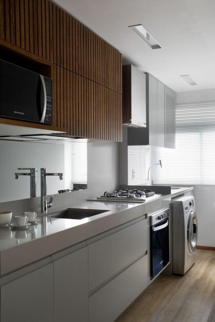 cuisine équipée IKEA avec des meubles marron et des meubles blancs, parquet en gris et marron, évier avec design moderne, meubles avec poignées discrètes incorporées