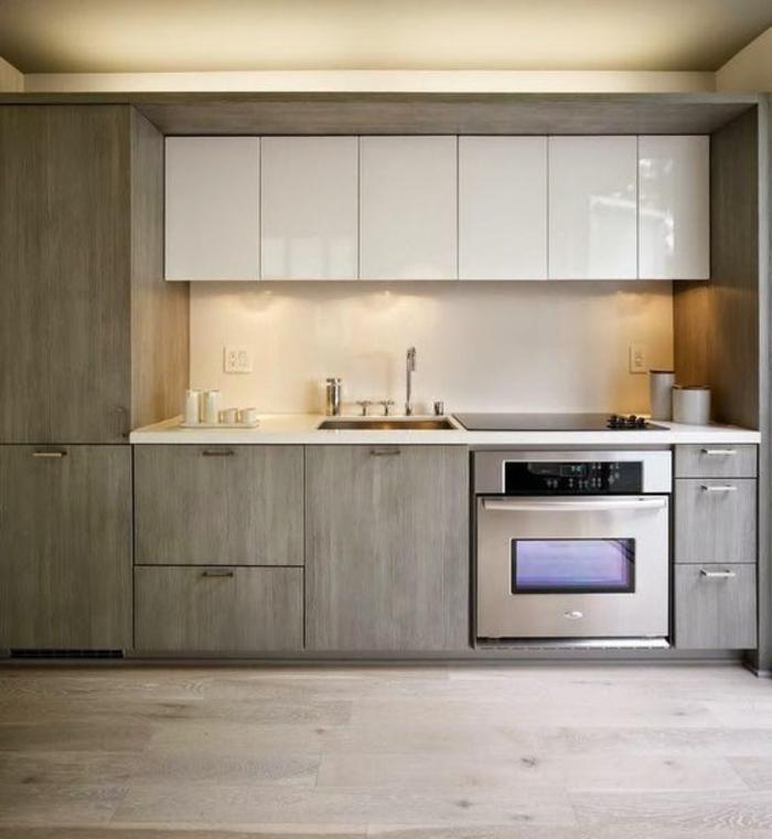 amenagement petite cuisine en style industriel, meubles gris et meubles supplémentaires blancs, parquet gris, plafond jaune crème