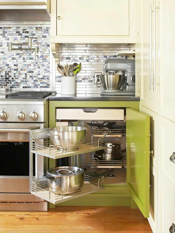 amenagement petite cuisine, meuble réséda avec plate-formes tournantes et glissantes vers l'extérieur, crédence en mosaïque en blanc et gris avec des surfaces irisées