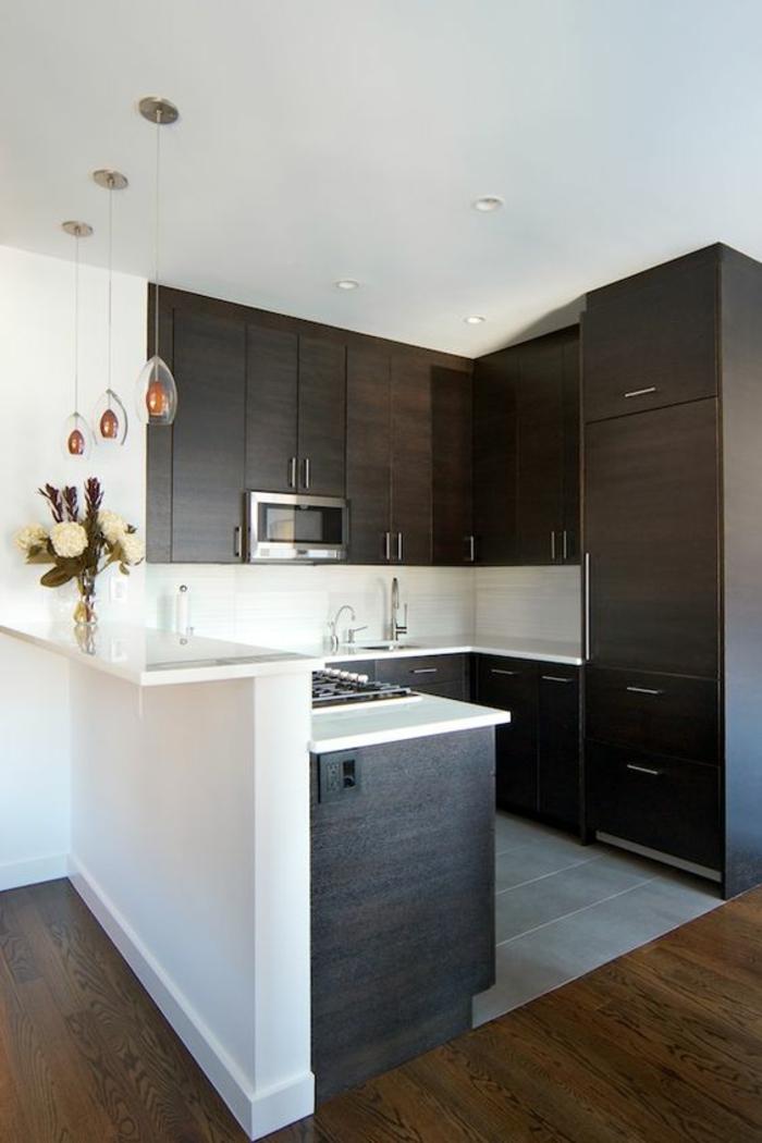 amenagement petite cuisine, organisation de l'espace en angle, sol recouvert de parquet en bois en marron clair, espace de travail avec des dalles blanches, cuisine ouverte sur salon