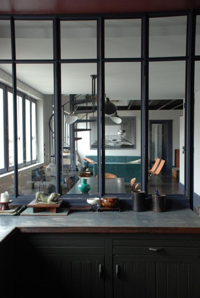 cuisine verriere, installation de séparation en verre dans la cuisine semi ouverte avec meubles en bois foncé