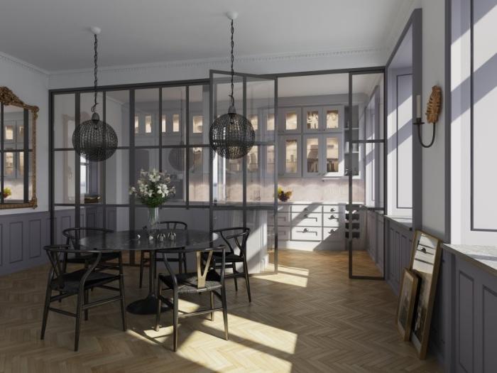 cuisine ouverte avec verrière, aménagement de cuisine en style shabby chic avec meubles en bois peint en gris