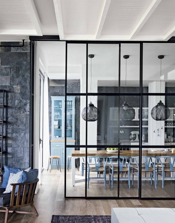 cuisine avec verrière, aménagement d'intérieur moderne avec murs blanc noir et parquet de bois clair