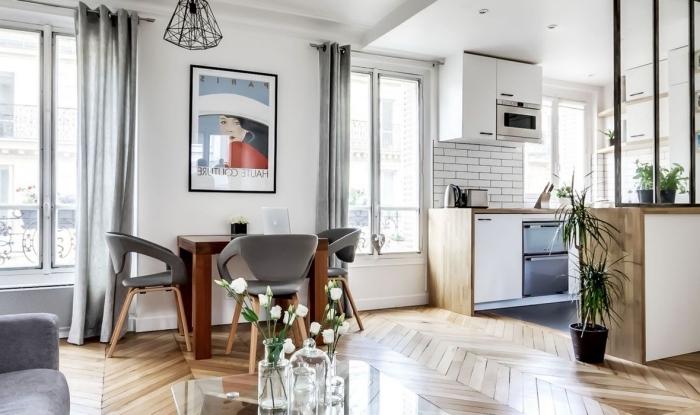 cuisine ouverte sur séjour, décoration en blanc et bois avec murs en briques blanches et parquet en bois