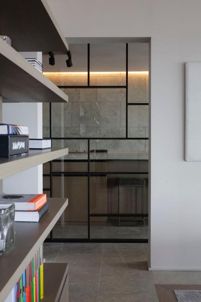 cuisine semi ouverte, décoration d'intérieur aux murs blancs avec rangement vertical en bois clair