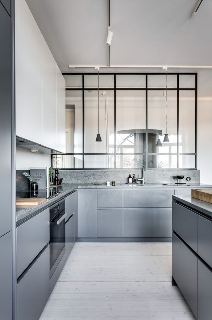 verriere interieure, comment aménager une cuisine moderne d'angle avec meubles sans poignées gris et blanc