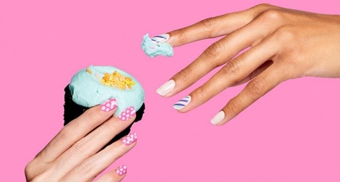 idée pour la pose ongle gel à effet naturel, vernis de base rose à dots blancs, ongles blancs avec décoration en lignes bleues et violettes