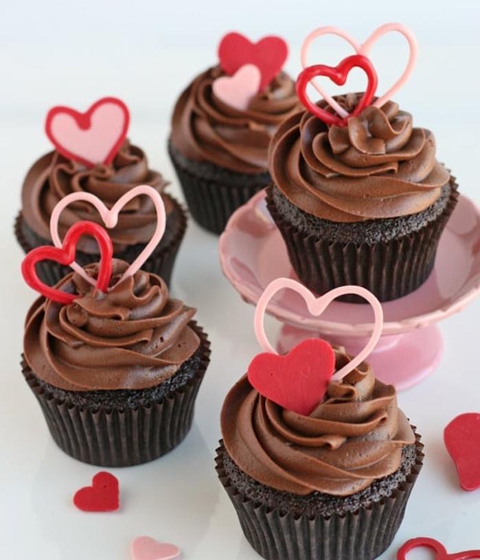 dessert saint valentin, cupcakes au chocolat avec des décors en chocolat en forme de coeur, idée cadeau st valentin gourmand