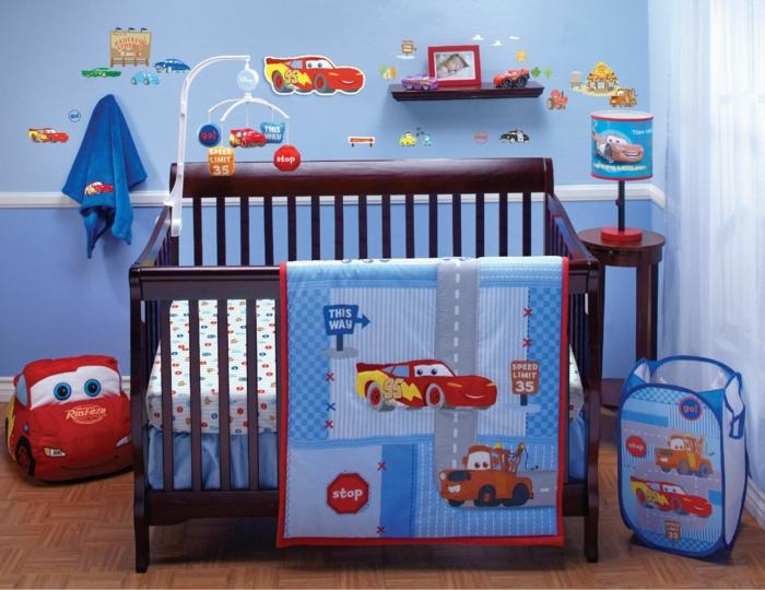 déco chambre bébé garçon mur bleu petite étagère plaid patchwork