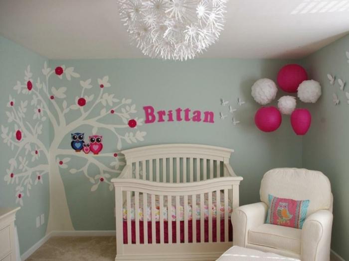 déco chambre bébé, chambre en rose et bleu pâle, fauteuil blanc, plafonnier rond