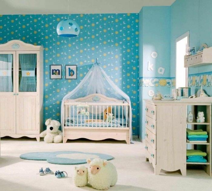 déco chambre bébé, lampe bleue, tete de lit en tulle, commode et armoire shabby