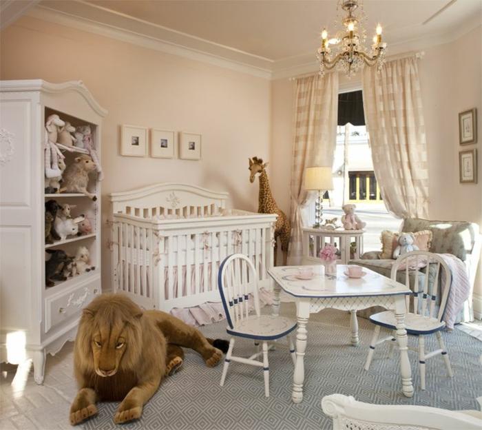 déco chambre bébé charmante, plafonnier baroque, armoire et lit peints blancs