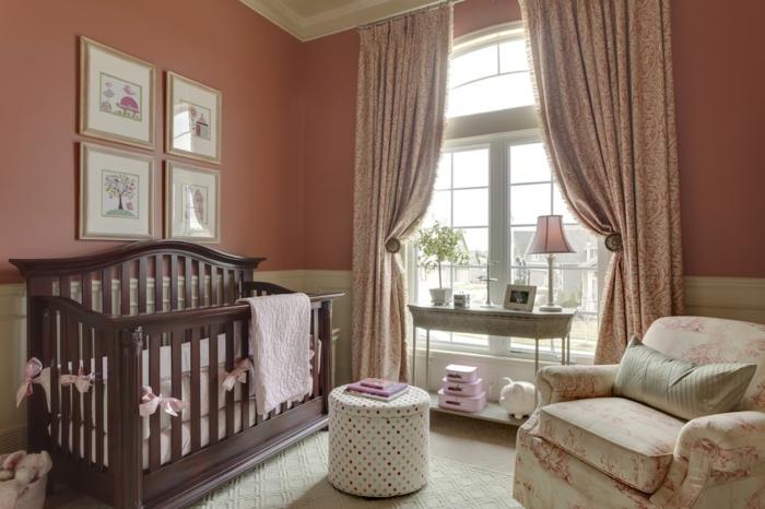 grande fenêtre lumineuse, lit en bois foncé, fauteuil confortable, rideaux roses