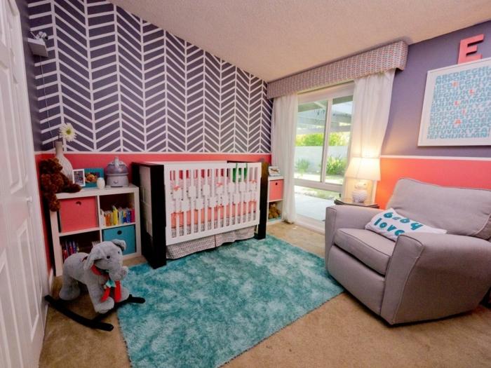 déco chambre bébé, fauteuil gris, tapis bleu, papier peint géométrique, éléphant berçant