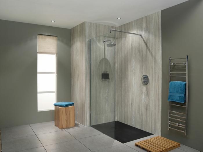 intérieur élégant, cabine de douche, petit tabouret en bois, porte serviettes