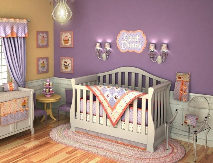 deco chambre bebe vintage, appliques murales baroques, chaise acrylique, sol en bois