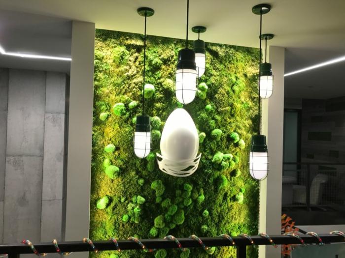 création d'un mur végétal intérieur en mousse, lampes industrielles, intérieru moderne