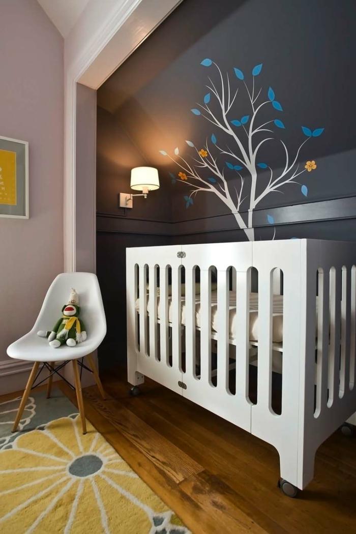 décorer la chambre de l'enfant, lit massif, chaise blanche scandinave, murs en couleur pâle