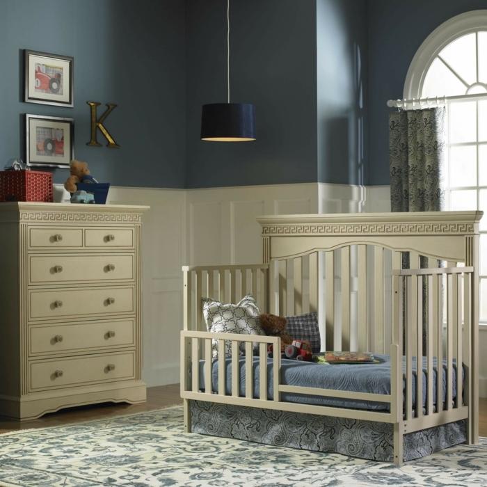 décorer la chambre de l'enfant, commode crème, mur bleu, tapis floral, fenêtre élégante