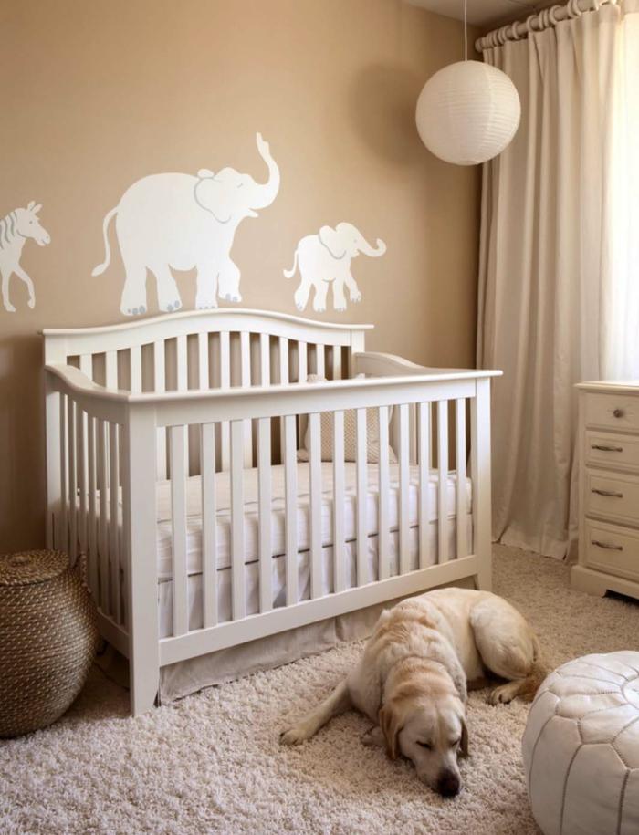 décorer la chambre de l'enfant, silhouettes animales au mur beige, boule en papier