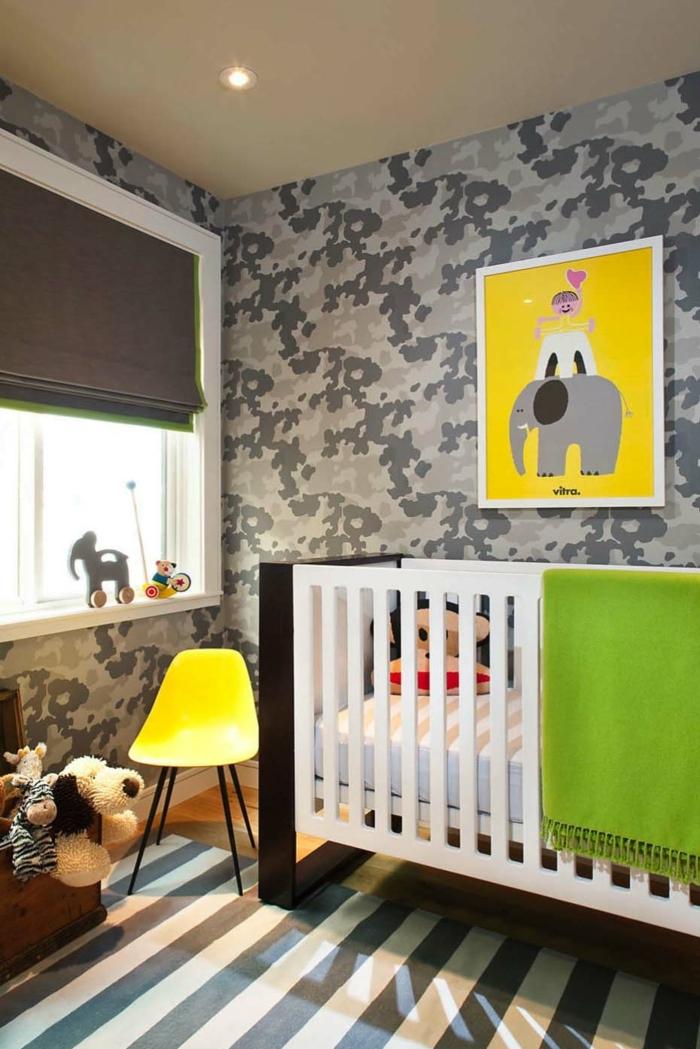 décorer la chambre de l'enfant, tapis rayures, lit blanc, chaise jaune, petite chambre