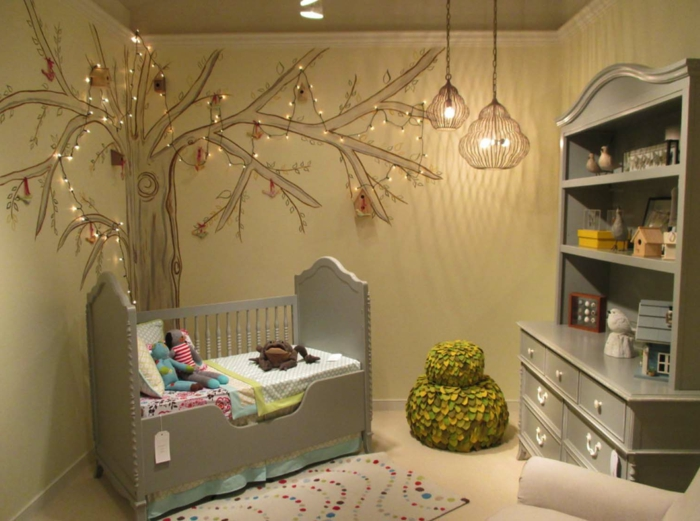 décorer la chambre de l'enfant, arbre mural dessiné et décoré de guirlande lumineuse, étagère grise