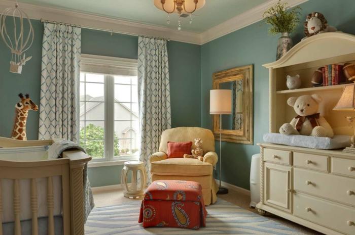 décorer la chambre de l'enfant, étagère couleur crème, tapis gris, rideaux motifs géométriques