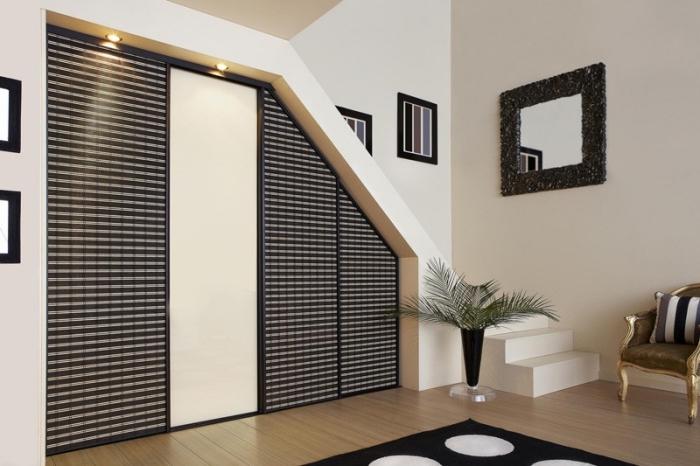 design intérieur moderne en blanc et noir avec meuble chaussure sous escalier en forme de garde-robe